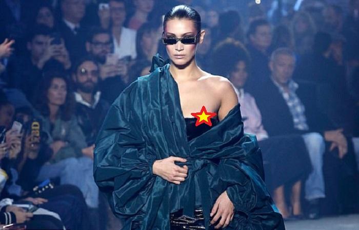 https: img.okezone.com content 2018 01 26 194 1850534 kemben-melorot-puting-payudara-bella-hadid-mengintip-saat-runway-di-paris-fashion-week-GDwSpv1Sc3.jpg