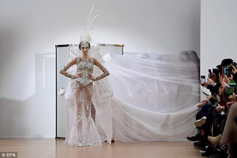 Desainer Prancis Pamer Gaun Pengantin Telanjang Di Paris Fashion