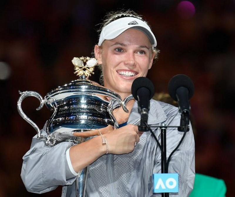 https: img.okezone.com content 2018 01 27 40 1851141 wozniacki-angkat-trofi-pertamanya-di-australia-open-2018-O3UblPFGAB.jpg