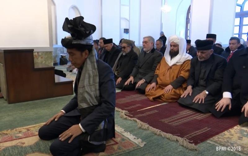 https: img.okezone.com content 2018 01 30 18 1852016 jokowi-imami-salat-presiden-afghanistan-iOy0iQQ3Rq.jpg