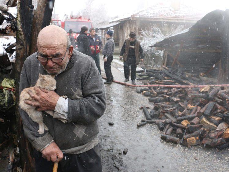 https: img.okezone.com content 2018 01 30 196 1852040 viral-foto-kakek-memeluk-kucing-peliharaan-setelah-kehilangan-semua-harta-menyayat-hati-DPWtLOa4AR.jpg