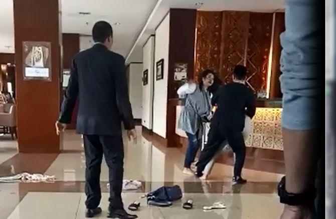 https: img.okezone.com content 2018 01 31 340 1852752 kronologi-wanita-jambak-pelakor-di-hotel-berbintang-OF35InieKx.jpg