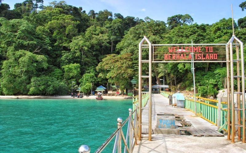 https: img.okezone.com content 2018 02 02 406 1853882 menyapa-pulau-berhala-yang-ramah-untuk-wisatawan-hesHYSQqRu.JPG