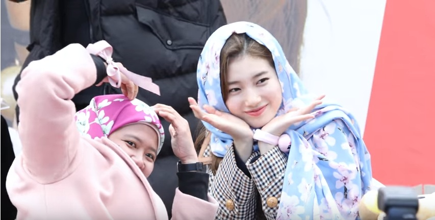 https: img.okezone.com content 2018 02 06 194 1855365 cantiknya-bae-suzy-berkerudung-pashmina-yang-dipakaikan-fans-dari-indonesia-8sDkIDXbyH.jpg