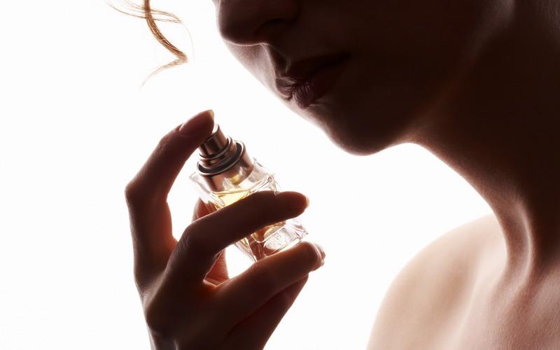 https: img.okezone.com content 2018 02 06 194 1855626 ingin-hadiahkan-parfum-untuk-orang-terkasih-perhatikan-dulu-aturannya-wARX04FapA.jpg