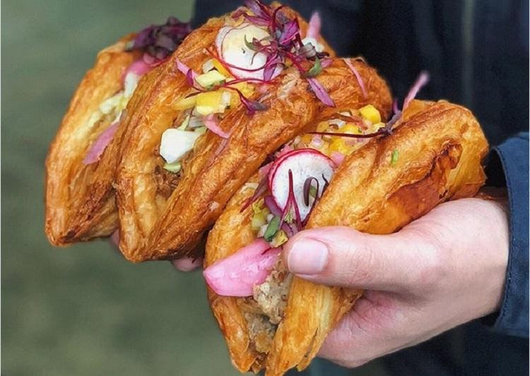 https: img.okezone.com content 2018 02 06 298 1855387 kelezatan-tacros-paduan-taco-dan-croissant-dengan-rasa-unik-yang-mengenyangkan-sAuLYFFxOM.jpg