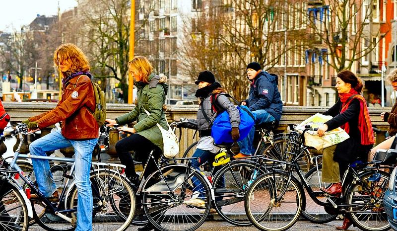https: img.okezone.com content 2018 02 07 406 1856279 ingin-bersepeda-di-amsterdam-perhatikan-dulu-aturan-keselamatannya-ofw7Rih43l.jpg