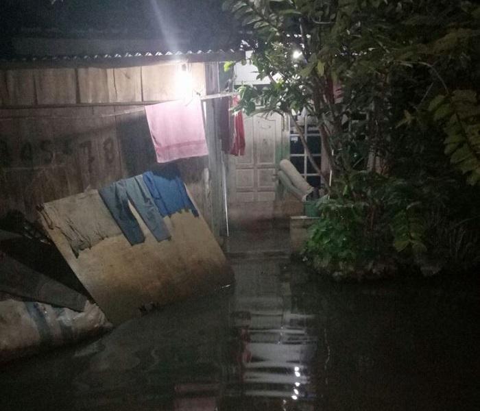 https: img.okezone.com content 2018 02 09 525 1857442 air-sungai-meluap-seratusan-rumah-di-cirebon-banjir-p7XIqAVpiL.jpg