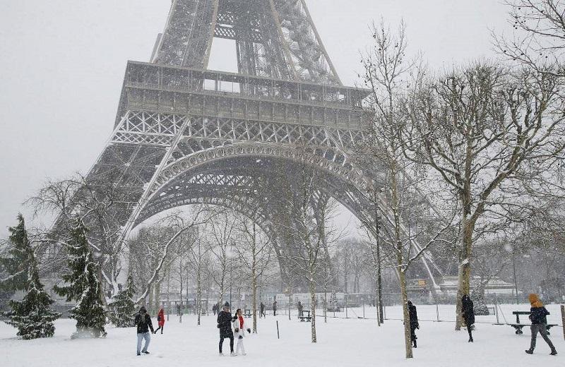 https: img.okezone.com content 2018 02 10 406 1857715 paris-dilanda-hujan-salju-lebat-menara-eiffel-ditutup-sementara-L1HE5sq7Vn.jpg