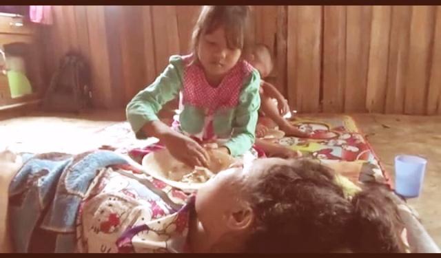 https: img.okezone.com content 2018 02 11 340 1857866 rahma-bocah-10-tahun-ini-merawat-ibunya-yang-lumpuh-t73STLgRX4.jpg