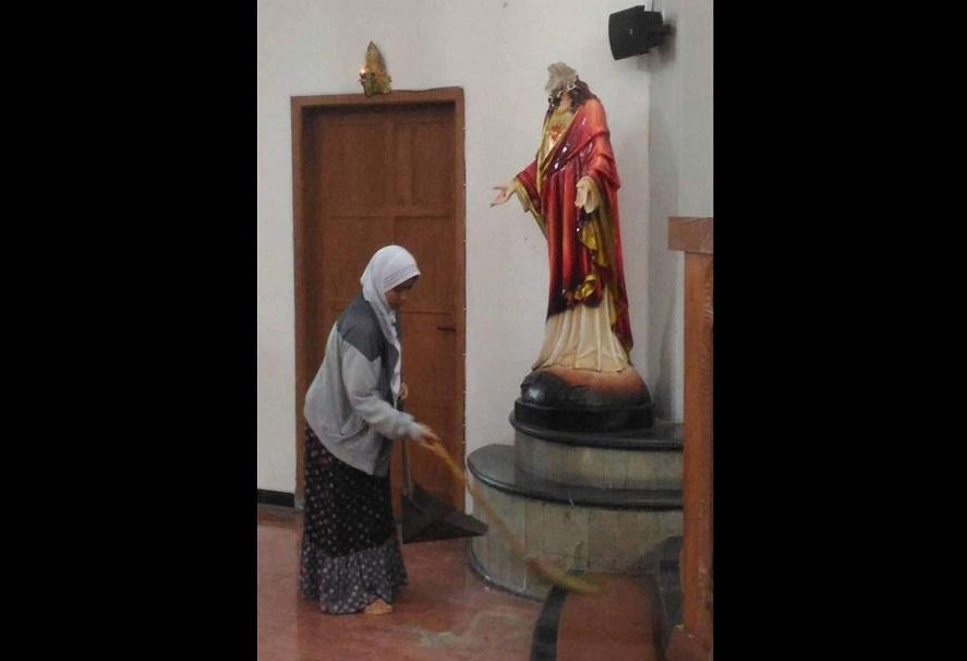 Perempuan Berhijab Bersihkan Gereja Santa Lidwina Pasca-Penyerangan