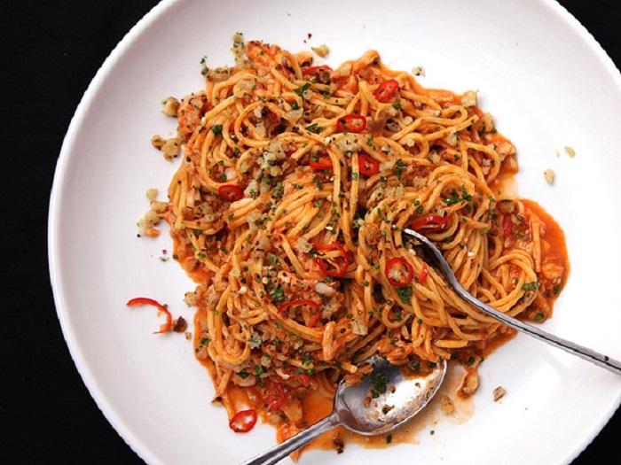 https: img.okezone.com content 2018 02 13 298 1859002 lezatnya-makan-malam-dengan-olahan-spaghetti-siram-kepiting-dan-kepiting-balut-kulit-tahu-sduma4x3u8.jpg