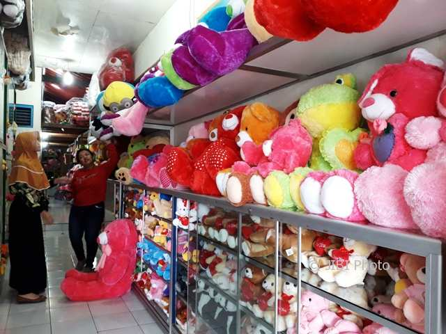 https: img.okezone.com content 2018 02 14 196 1859284 valentine-day-boneka-teddy-bear-paling-laris-manis-untuk-ungkapkan-cinta-YaVwLuJHzN.jpg