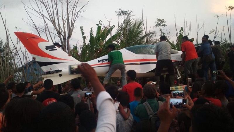https: img.okezone.com content 2018 02 17 340 1860932 warga-ikut-bantu-evakuasi-pesawat-gubernur-aceh-pasca-mendarat-darurat-jKkbtBbutT.jpg