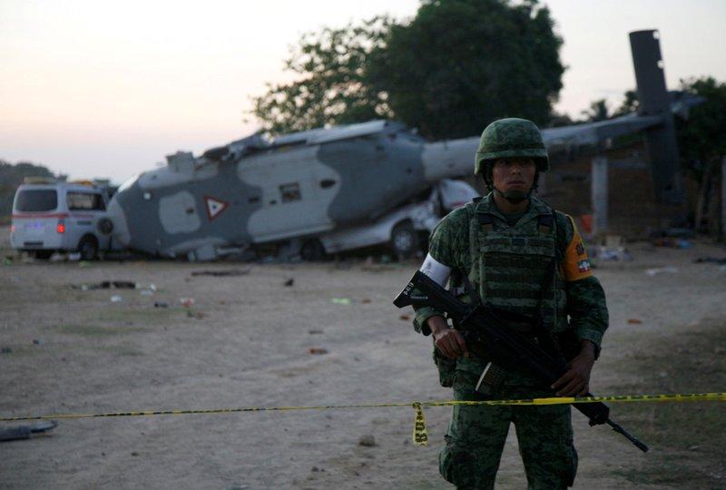 https: img.okezone.com content 2018 02 18 18 1861043 helikopter-militer-meksiko-jatuh-saat-tinjau-gempa-13-orang-tewas-NpeAUoL691.JPG