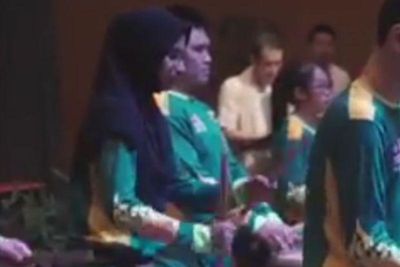 https: img.okezone.com content 2018 02 18 18 1861177 gadis-berhijab-ikut-rombongan-barongsai-warganet-malaysia-tersentuh-SFqXpgUxix.jpg