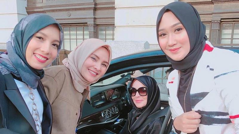 https: img.okezone.com content 2018 02 19 33 1861796 cantiknya-lindsay-lohan-gunakan-hijab-bersama-desainer-indonesia-gRIHnQRvwD.jpg