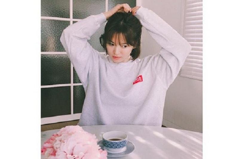https: img.okezone.com content 2018 02 21 33 1862392 begini-penampilan-song-hye-kyo-saat-menunggu-suami-pulang-kerja-bnlKtaKlQu.jpg