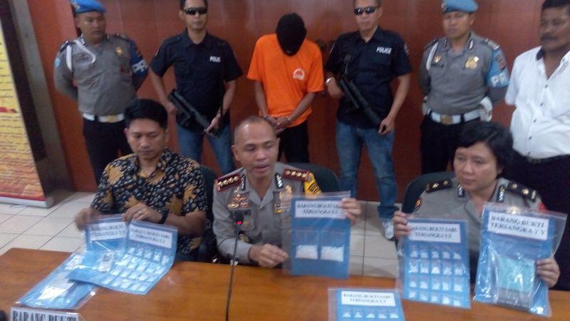 https: img.okezone.com content 2018 02 21 525 1862705 bawa-13-paket-sabu-senilai-setengah-miliar-rupiah-bandar-narkoba-di-bandung-ditangkap-6qdZrYxcbv.jpg