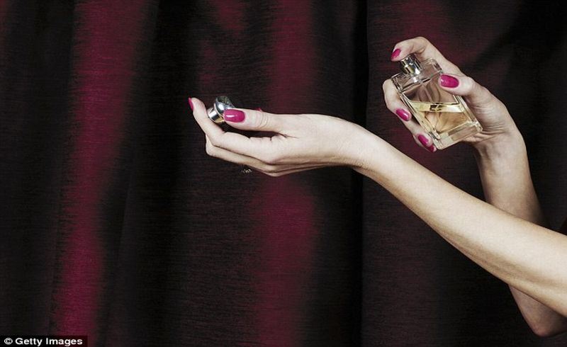https: img.okezone.com content 2018 02 24 481 1864122 awas-parfum-bisa-sebabkan-masalah-kesehatan-ini-faktanya-C2HiYHQVUz.jpg