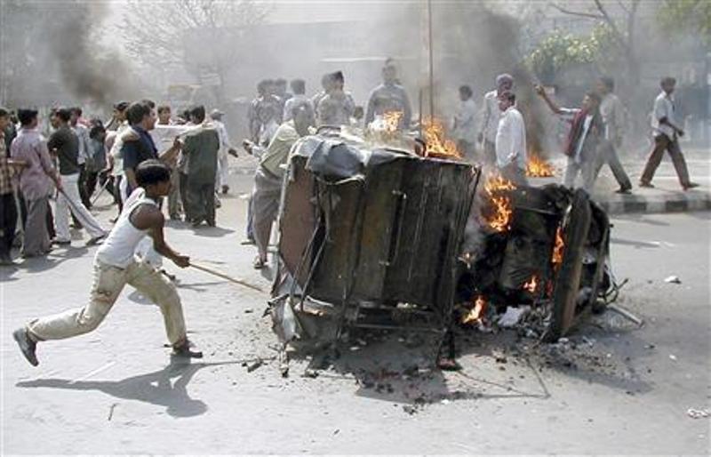 https: img.okezone.com content 2018 02 26 18 1865108 kebakaran-kereta-peziarah-hindu-picu-kerusuhan-antaragama-di-india-0C9ZeYo80P.jpg