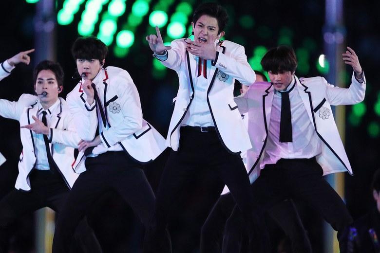https: img.okezone.com content 2018 02 26 194 1865053 tampil-di-closing-ceremony-olimpiade-musim-dingin-exo-berbalut-jas-mewah-gucci-ujEwnmr46x.jpg