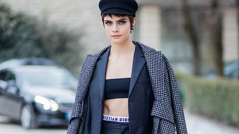 https: img.okezone.com content 2018 03 02 194 1867193 keren-atau-aneh-cara-delevingne-tampil-dengan-telinga-bergerigi-saat-hadiri-paris-fashion-week-nMuBnEcFvY.jpg