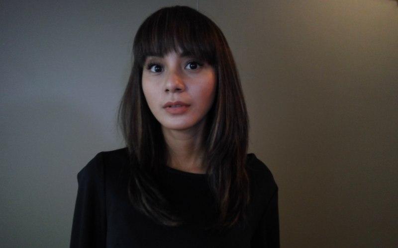 https: img.okezone.com content 2018 03 02 33 1866823 pose-seksi-kirana-larasati-bareng-anak-mendadak-heboh-ZmZ0w3420Z.jpg