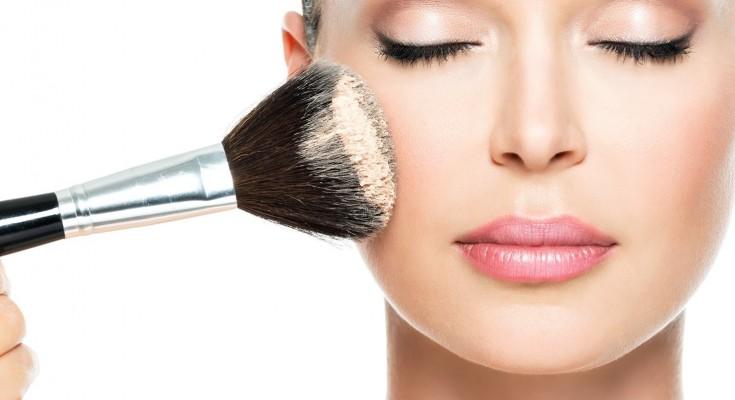 makeup glossy diperkirakan akan populer di 2019