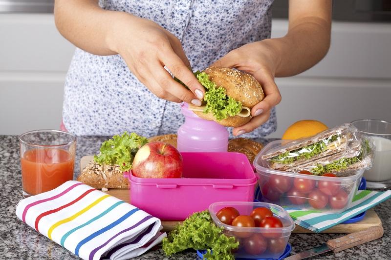 https: img.okezone.com content 2018 03 06 298 1868567 menyiapkan-bekal-makanan-sendiri-itu-tidak-mudah-ini-buktinya-YBiCa6ir9S.jpg