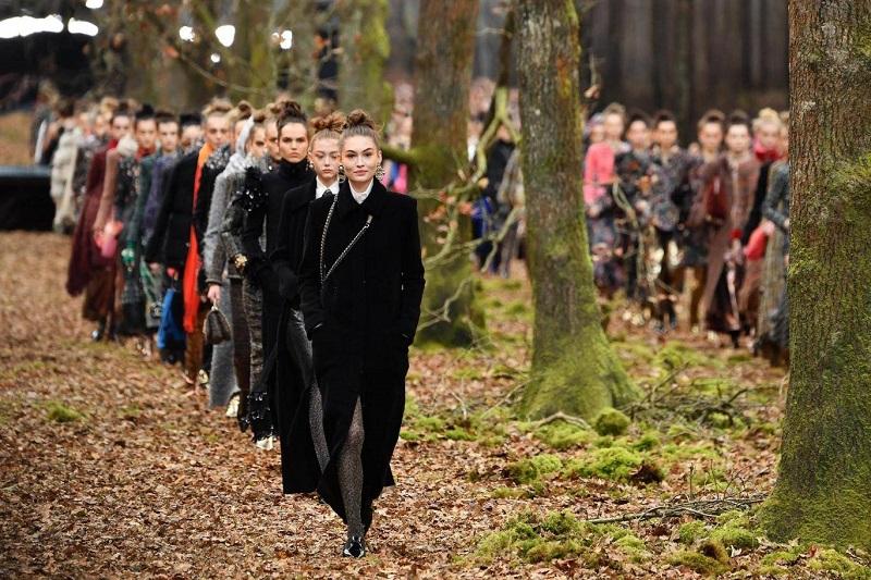 https: img.okezone.com content 2018 03 07 194 1869193 chanel-pamerkan-koleksi-terbarunya-di-tengah-hutan-pada-gelaran-paris-fashion-week-2018-yunz3ZlJbA.jpg