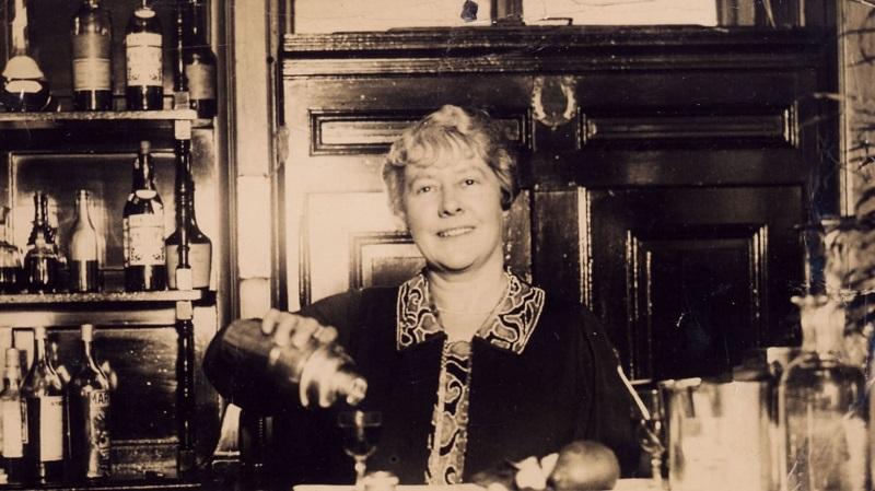 https: img.okezone.com content 2018 03 08 298 1869732 hari-perempuan-internasional-inilah-ada-coleman-si-bartender-perempuan-pertama-di-dunia-ZRAmAtcI24.jpg