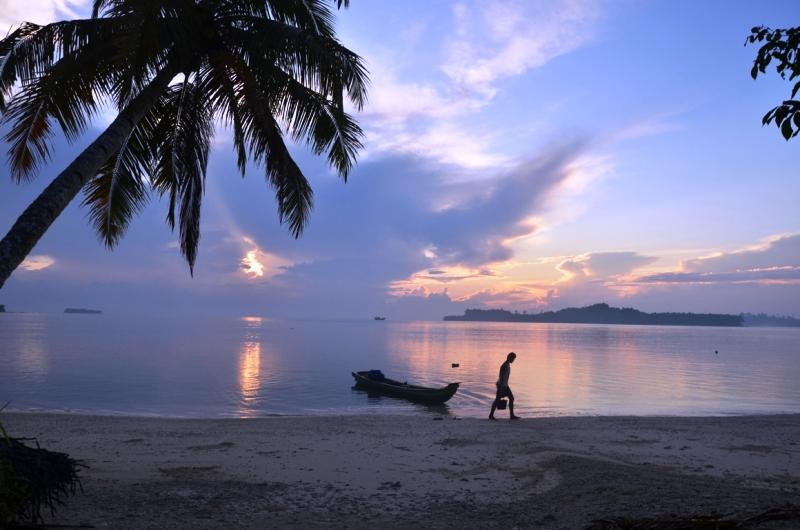 https: img.okezone.com content 2018 03 09 406 1870189 menikmati-indahnya-matahari-jingga-di-pantai-peipei-mentawai-HjWLVbBbPw.jpg