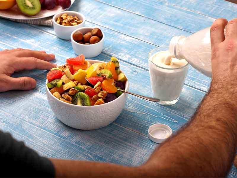 https: img.okezone.com content 2018 03 09 481 1870298 selain-menu-sarapan-ini-5-alasan-perlu-makan-buah-di-pagi-hari-I7rnDA4Zwj.jpg