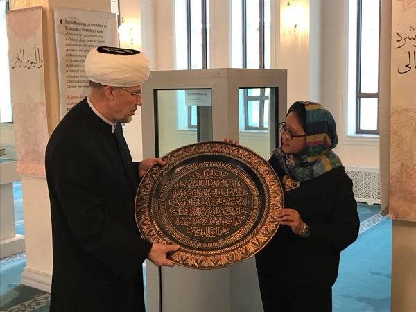 https: img.okezone.com content 2018 03 12 18 1871721 kunjungi-masjid-agung-moskow-menlu-retno-serahkan-kaligrafi-buatan-boyolali-1Oam5zZVUx.jpg
