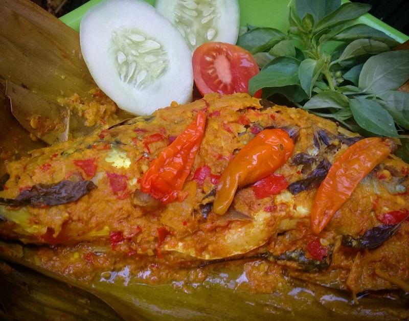 https: img.okezone.com content 2018 03 12 298 1871564 rekomendasi-resep-pepes-ikan-sambal-mangga-muda-dan-daun-pepaya-muda-sambal-tomat-NK7IhUZLp3.jpg