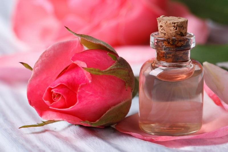 https: img.okezone.com content 2018 03 13 194 1872147 ini-dia-khasiat-air-mawar-untuk-kecantikan-KC2zGU78AU.jpg