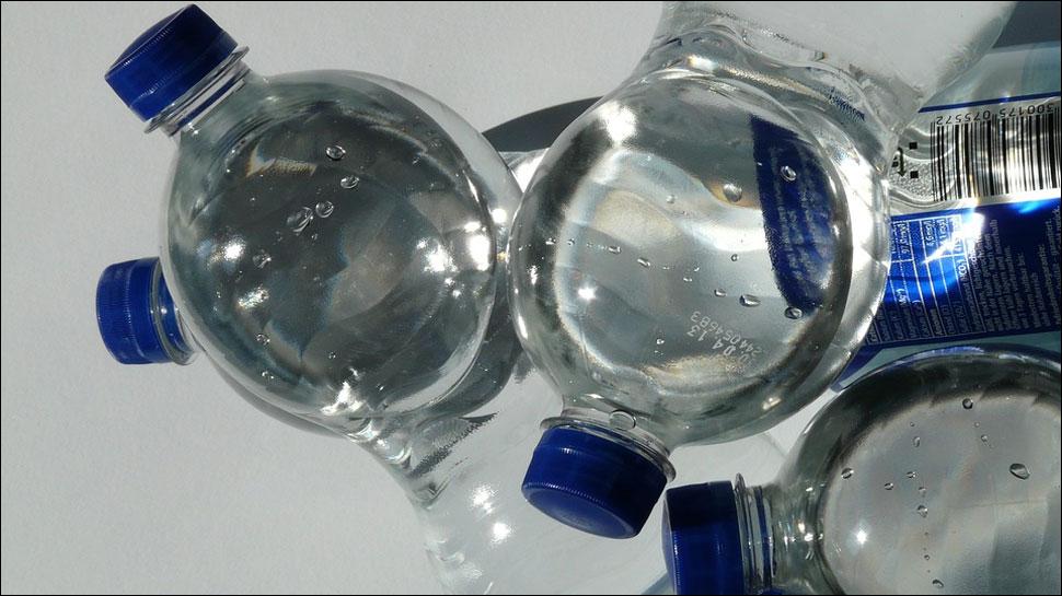 https: img.okezone.com content 2018 03 18 481 1874524 air-minum-kemasan-ternama-tercemar-mikroplastik-ini-bahayanya-jika-sering-dikonsumsi-jRo1NqpmHy.jpg