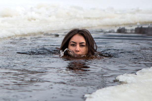 https: img.okezone.com content 2018 03 20 194 1875185 demi-tampil-awet-muda-perempuan-cantik-ini-bugil-dan-mandi-di-air-super-dingin-FHSvkomZNK.jpg