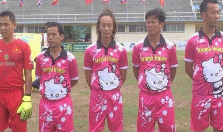Lucu Jersey Tim Sepakbola Ini Berwarna Pink Dengan Gambar Hello Kitty Okezone Lifestyle