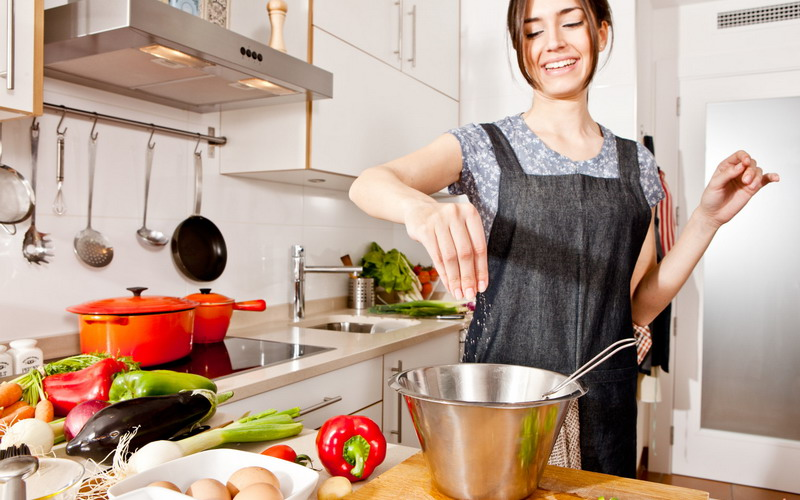 https: img.okezone.com content 2018 03 21 298 1876079 jangan-malas-masak-sendiri-di-rumah-ini-5-manfaatnya-VDnfKjW9vL.jpg