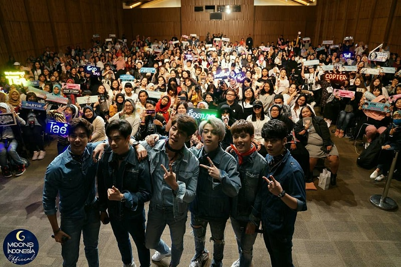 https: img.okezone.com content 2018 03 26 33 1878146 6-aktor-thailand-rayakan-white-day-dengan-fans-indonesia-1WRS0fmXFg.jpg