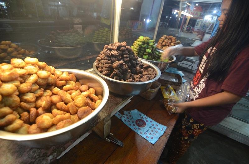 https: img.okezone.com content 2018 03 31 298 1880397 kue-pinyaram-simanis-makanan-upacara-adat-dan-maulid-nabi-di-sumatera-barat-VO10lnltG2.JPG