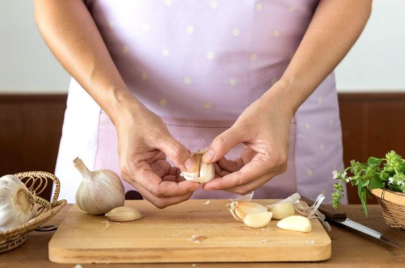 https: img.okezone.com content 2018 04 02 194 1880895 kesehatan-kulit-dan-rambut-hingga-mencegah-penyakit-jantung-sederet-manfaat-jika-rutin-konsumsi-bawang-putih-MzsRjwa8LC.jpg