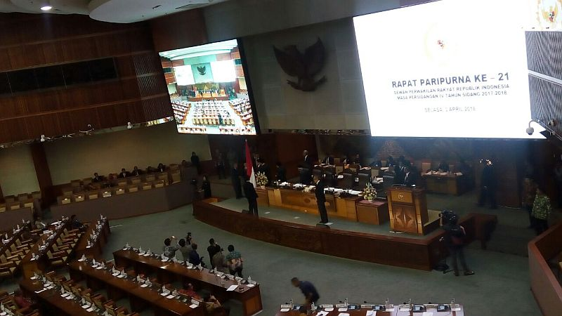 https: img.okezone.com content 2018 04 03 20 1881400 dpr-sahkan-perry-warjiyo-jadi-gubernur-bank-indonesia-TVN5owwiTW.jpg