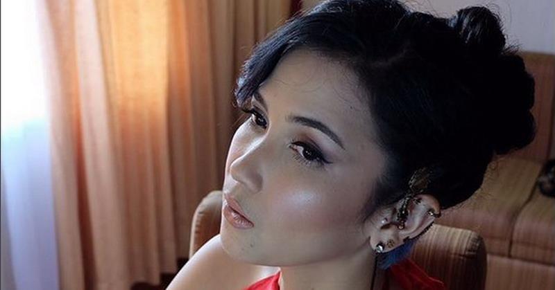 https: img.okezone.com content 2018 04 06 206 1882929 cerita-dinda-kanya-dewi-jadi-transgender-dalam-reuni-z-ZUpwjFnITi.jpg