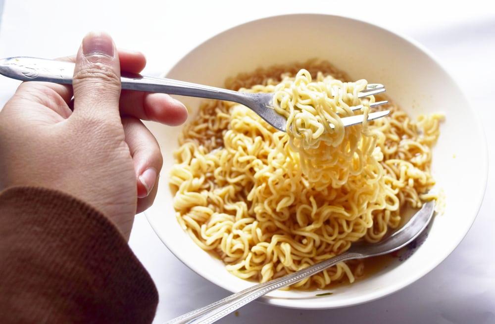 tidak banyak yang mengetahui sosok di balik kelezatan makanan andalan anak kos di tanggal tua ini.