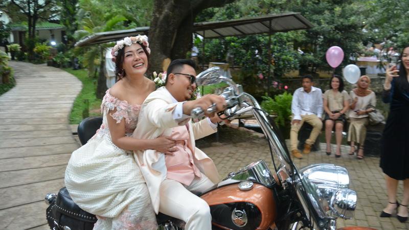 https: img.okezone.com content 2018 04 08 33 1883857 intip-konsep-unik-pernikahan-chef-aiko-dan-saugi-ala-bikers-dengan-nuansa-vintage-classic-8GtL2XKZjy.jpg