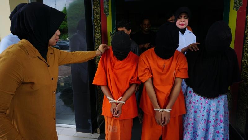 https: img.okezone.com content 2018 04 10 340 1884873 bantah-bebaskan-mucikari-ayam-kampus-di-aceh-polisi-pelaku-terancam-hukum-cambuk-EK0MCJE0ul.jpg