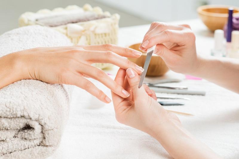 Kondisi ini dapat menyebabkan peradangan, bibir pecah-pecah, dan merusak kulit di sekitar kuku Anda.